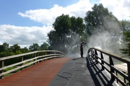 Het reinigen van houten bruggen en steigers in Purmerend